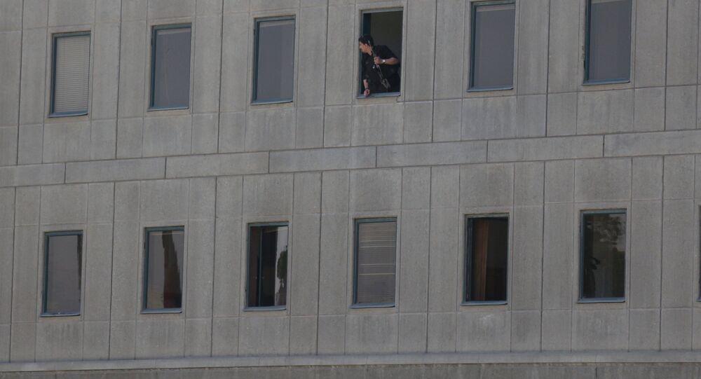شرطي إيراني في البرلمان بطهران