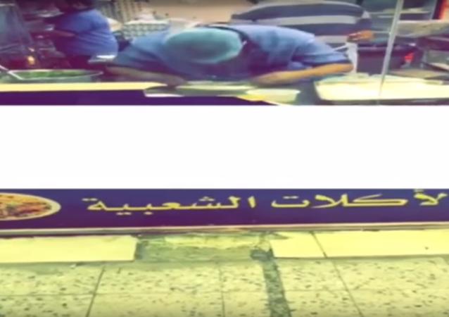 عامل يبصق في صحن مطبق في السعودية