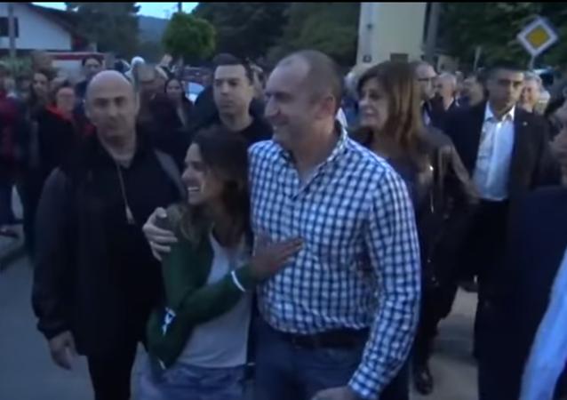 موقف رائع من الرئيس البلغاري مع سائحة برازيلية
