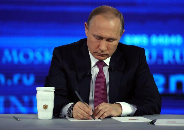 الرئيس الروسي فلاديمير بوتين يسجل بعض النقاط المتعلقة حول أسئلة المواطنين، البث المباشر، 15 يونيو/ حزيران 2017