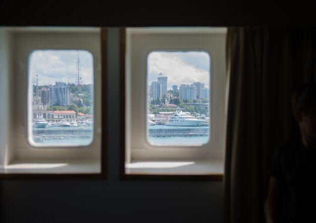 مشهد من نافذة غرفة ركاب في سفينة كنياز فلاديمير (الأمير فلاديمير) يطل على ميناء سوتشي، روسيا