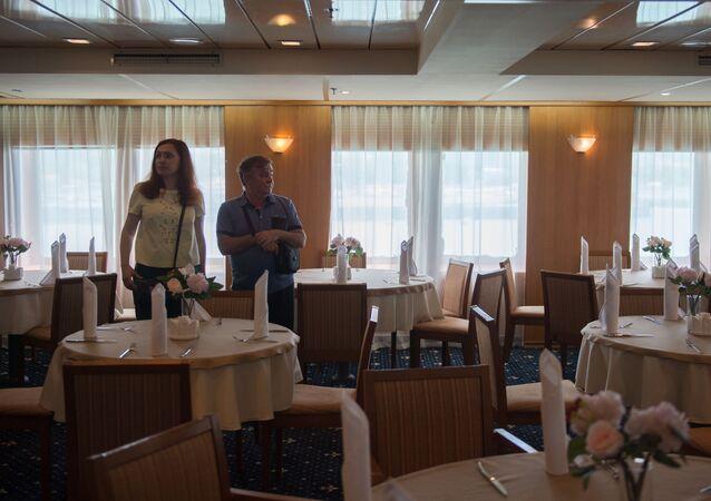 مطعم داخل سفينة كنياز فلاديمير (الأمير فلاديمير) في سوتشي، روسيا