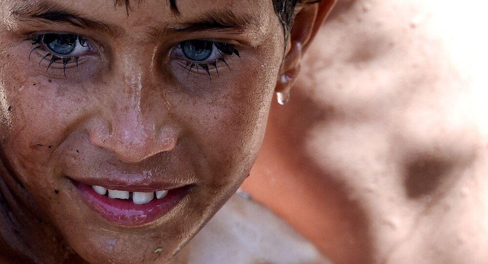 صبي عراقي  يسبح في نهر، بالقرب من مخيم الخازر للاجئين الواقع بين إربيل والموصل، العراق 11 يونيو/ حزيران 2017