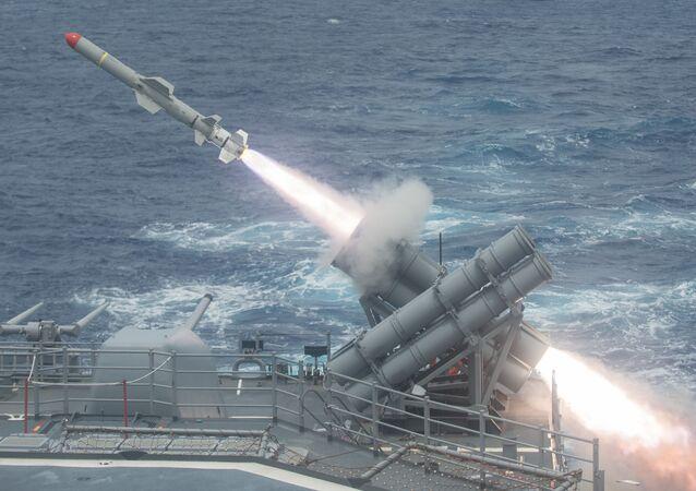 انطلاق صاروخ هاربون من سفينة حربية أمريكية