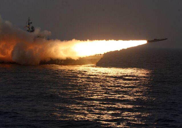 زورق من فئة مولنيا يطلق صاروخا