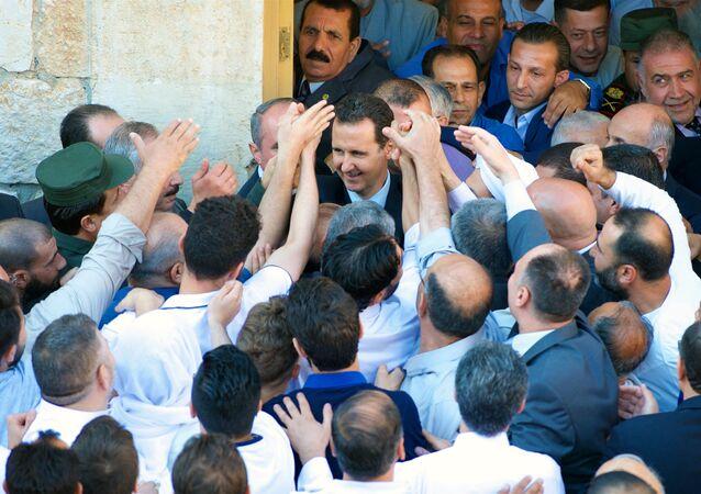 الرئيس بشار الأسد لحظة خروجه من صلاة العيد في حماة/ 25 يونيو/حزيران 2017