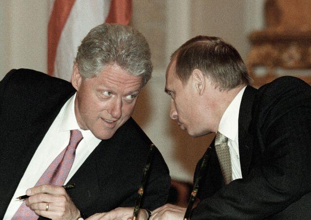 لقاء فلاديمير بوتين وبيل كلينتون