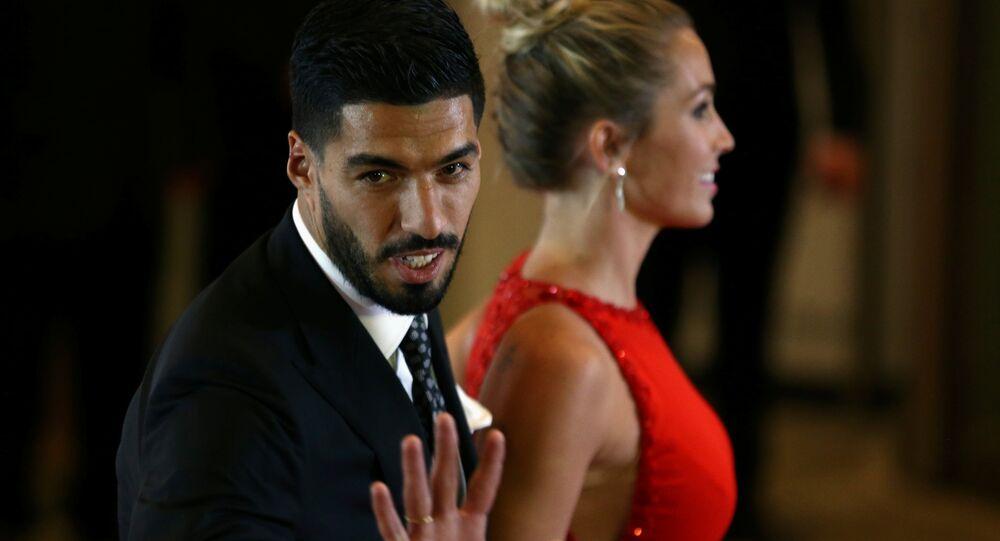 سواريز و زوجته في حفل زفاف ليونيل ميسي