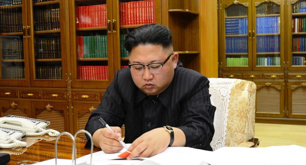 زعيم كوريا الشمالية كيم جون أون يراقب تجربة إطلاق صاروخ باليستي جديد في بيونغ يانغ