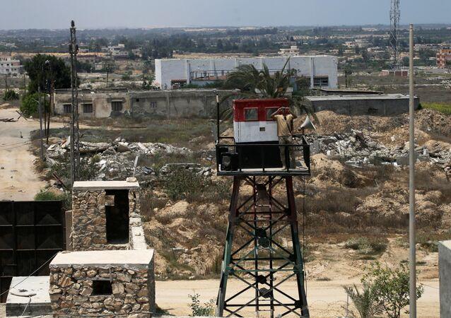 جندي مصري يراقب الحدود مع قطاع غزة في رفح