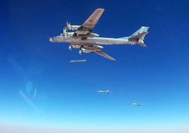 قاذفة صواريخ تو-95إم إس الروسية خلال تنفيذ الضربات الجوية على مواقع تنظيم داعش في سوريا