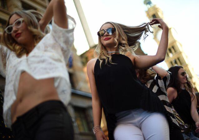 عارضات أزياء يروجن نظارات شمسية وأزياء لماركات مختلفة خلال مسيرة لعرض أزياء وسط سيدني، أستراليا 4 يوليو/ تموز 2017