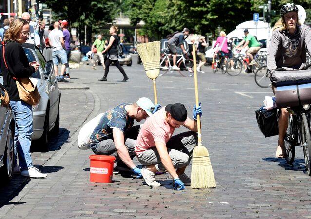 متطوعون ينظفون شوارع هامبورغ