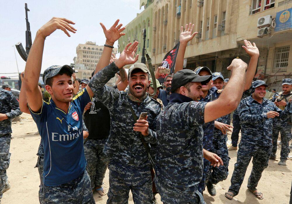 الشرطة العراقية تحتفل بالنصر على داعش في مدينة الموصل العراقية 8  يوليو/ تموز 2017