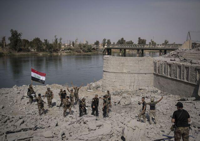 عناصر القوات الخاصة بجوار نهر الدجلة تحتفل في مدينة الموصل، العراق 9  يوليو/ تموز 2017