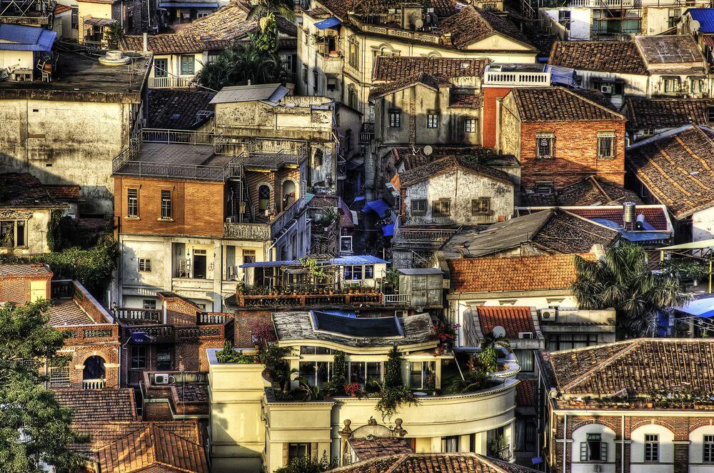 مشهد يطل على منازل في جزيرة  قولانغيو في الصين، وهي مشهورة بالإعمار الهندسي القديم واحتوائها لمتحف البيانو الوحيد في الصين، ومن هنا تعود كنيتها بـ جزيرة البيانو أو الجزيرة الموسيقية. ويذكر أنه يوجد 200 بيانو على هذه الجزيرة.