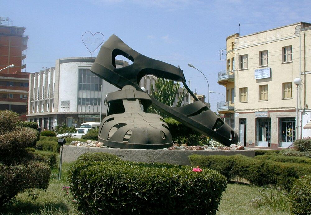 تمثال على شكل حذاء (صندل) لدوار تنظيم حركة المرور وسط مدينة أسمرة، إريتريا