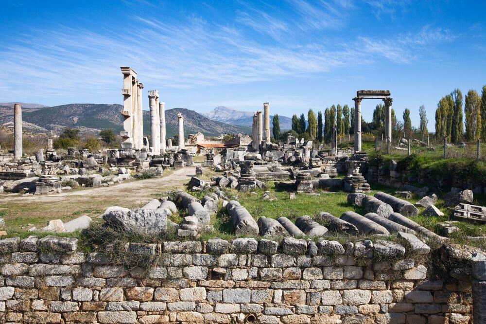 آثار أغورا في مدينة أفروديزياس، محافظة غيري، غرب تركيا . كانت مكانا لتلاقي فلاسفة اليونان قديما (400-500 ق.م.)