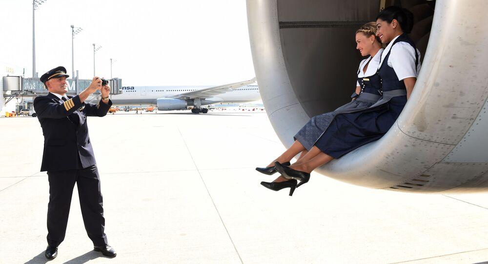 كابتن الطائرة يقوم بالتقاط صورة جماعية لمضيفات الطيران لشركة لوفثانزا (Lufthansa) في ميونخ