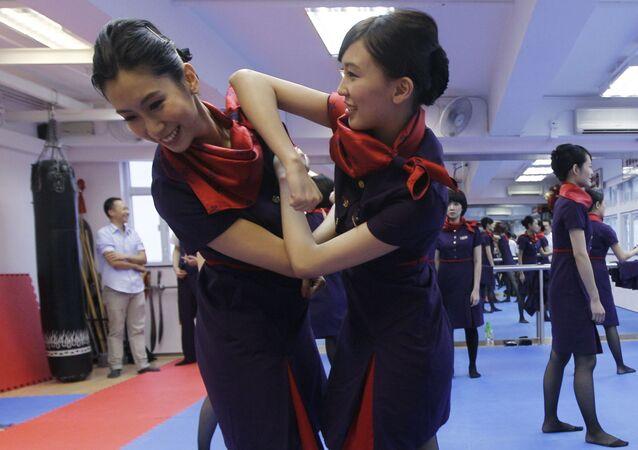 مضيفات الطيران لشركة هونغ كزنغ الصينية يمارسن تمارين الفنون القتالية وينغ تشان. ويذكر أن جميع أفراد طاقم الطيران الصيني يتعلمون ممارسة هذه التمارين لرفع الروح المعنوية والمحافظة عليها والدفاع عن النفس.