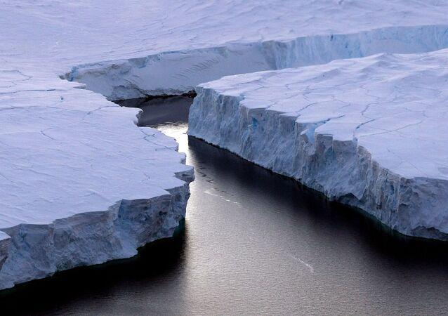 صورة لجبل جليدي ضخم آيسبيرغ آر (iceberg (R)) ينشق من ساحل نوكس (Knox Coast) في المنطقة الأسترالية من القطب الجنوبي، 11 يناير/ كانون الثاني 2008. وقالت لجنة الأمم المتحدة في 23 سبتمبر/ أيلول 2013 أنها متأكدة أكثر من ذي قبل من أن البشر وراء سبب الاحتباس الحراري للكرة الأرضية، وتوقعت ارتفاع درجات الحرارة بنسبة 0.3 إلى 4.8 درجة مئوية خلال هذا القرن.