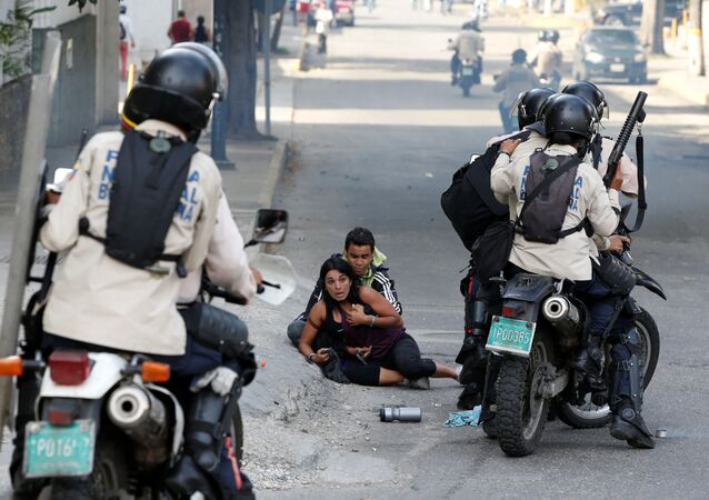 مصابان من أنصار المعارضة إثر استخدام الشرطة لرذاذ الفلفل في كاراكاس، فنزويلا 9 يوليو/ تموز 2017