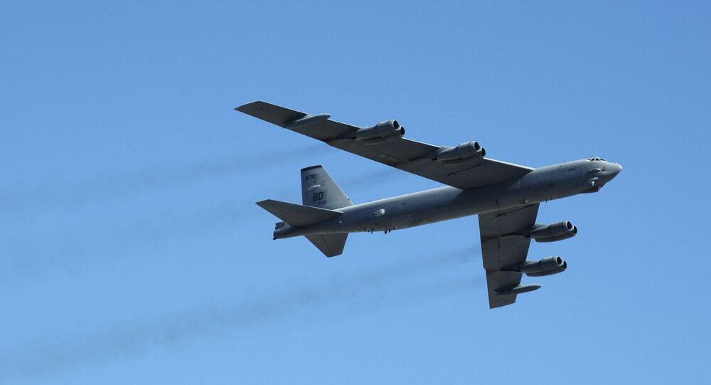 قاذفة القنابل بي-52