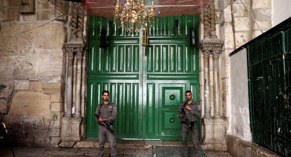جنود إسرائيليون يغلقون بوابة المسجد الأقصى