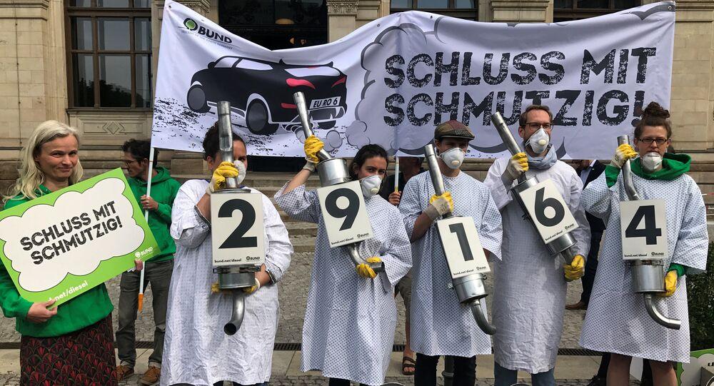 متظاهرون يحتجون على التلوث من مركبات الديزل أمام وزارة النقل فى برلين
