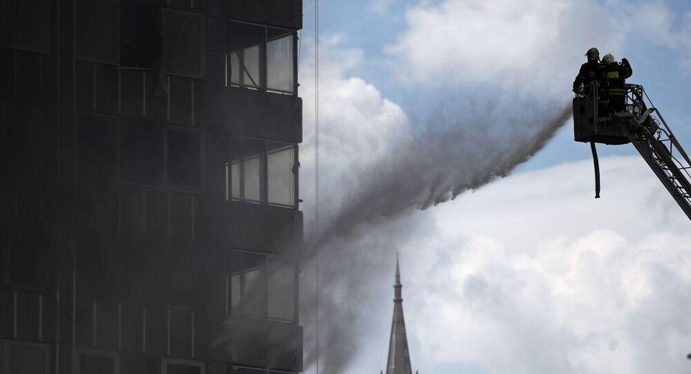 اطفاء حريق نشب في مبنى بحي نوفي آربات بموسكو، روسيا