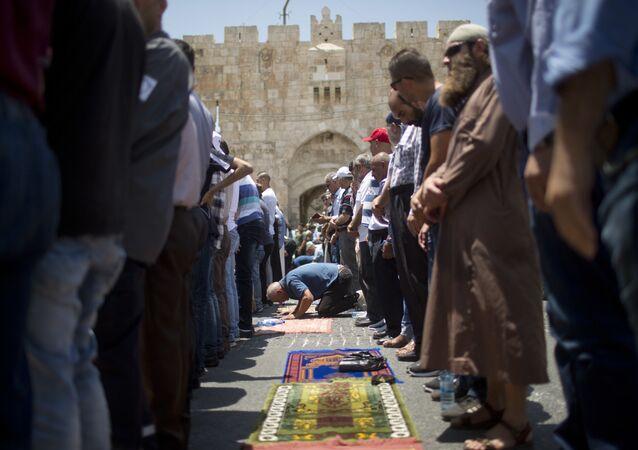 الفلسطينيون يصلون في شوارع القدس القديمة، خارج باحات مسجد الأقصى، القدس، فلسطين 19 يوليو/ تموز 2017