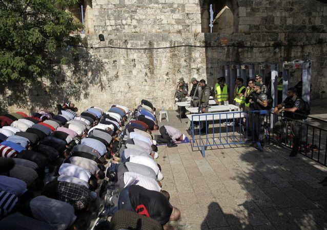 الفلسطينيون يصلون في شوارع القدس القديمة، خارج باحات مسجد الأقصى، القدس، فلسطين يوليو/ تموز 2017