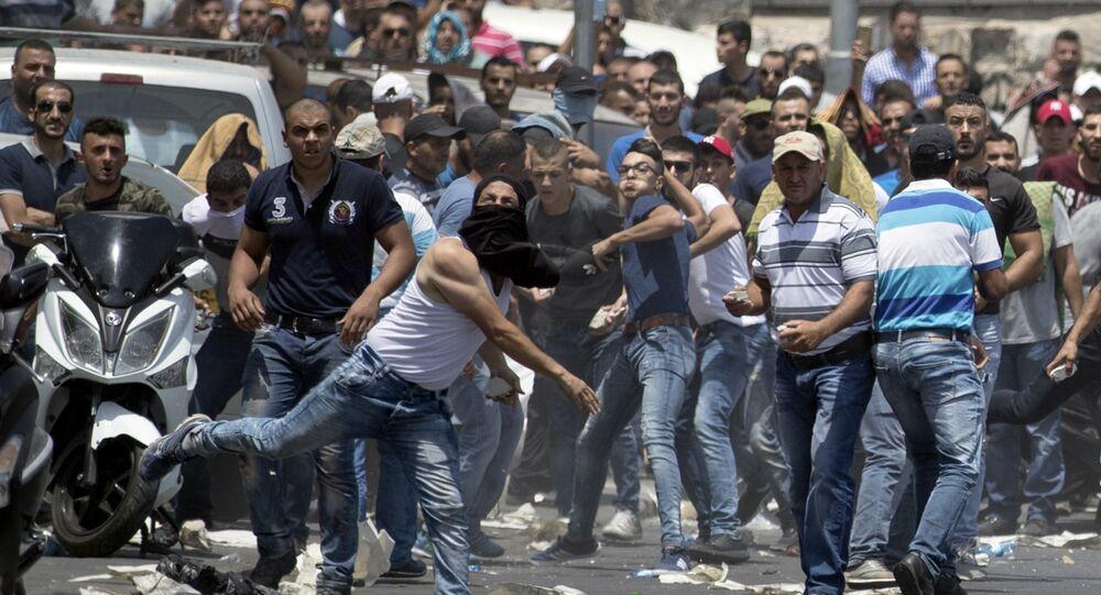 مواجهات بين الفلسطينيين وقوات الأمن الإسرائيلية بعد منع المصلين من أداء صلاة الجمعة، خارج مسجد الأقصى، البلدة القديمة، القدس، الضفة الغربية، فلسطين 21 يوليو/ تموز 2017
