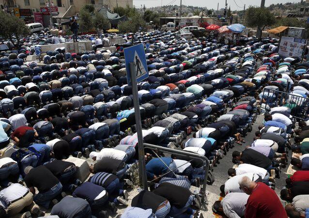 صلاة الجمعة خارج باحات مسجد الأقصى، القدس، فلسطين  21 يوليو/ تموز 2017