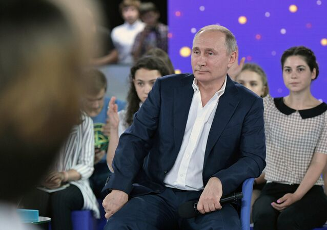 الرئيس الروسي فلاديمير بوتين خلال زيارته إلى مركز سيريوس