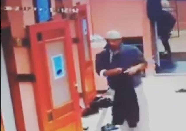 شخص يقوم بعمل مهين أمام مسجد بعد الصلاة