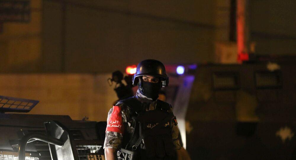رجل أمن أردني أمام السفارة الإسرائيلية بعمان