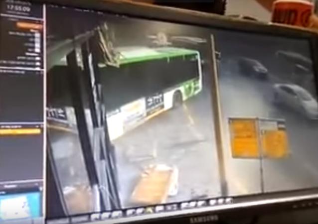حافلة تقتحم مركز شرطة