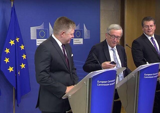 رئيس المفوضية الأوروبية يتعرض لموقف محرج بسبب هاتفه