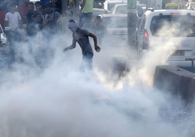 غضب الأقصى - مواجهات واشتباكات عند حاجز قلنديا الفاصل بين مدينة القدس ومدينة رام الله، الضفة الغربية، فلسطين