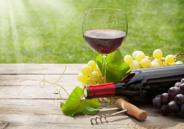 كأس من النبيذ الأحمر في يوم مشمس