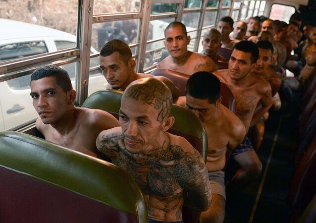 المعتقلون ينقلون في باص إلى السجن