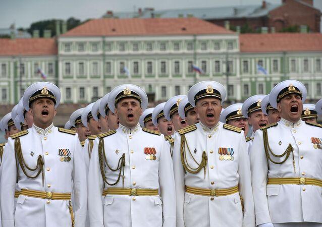 البحرية الروسية خلال مراسم الاحتفال بيوم البحرية الروسية في مدينة سان بطرسبورغ، روسيا