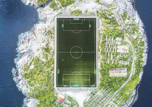 المصور ميشا دي-سترويف فاز بجائزة ناشيونال جيوغرافيك لأفضل مصور رحلات عام 2017 - صورة ساحة ملعب هينينغسفير لملعب كرة قدم في جزر لوفوتين في النرويج، من ارتفاع 120 مترا