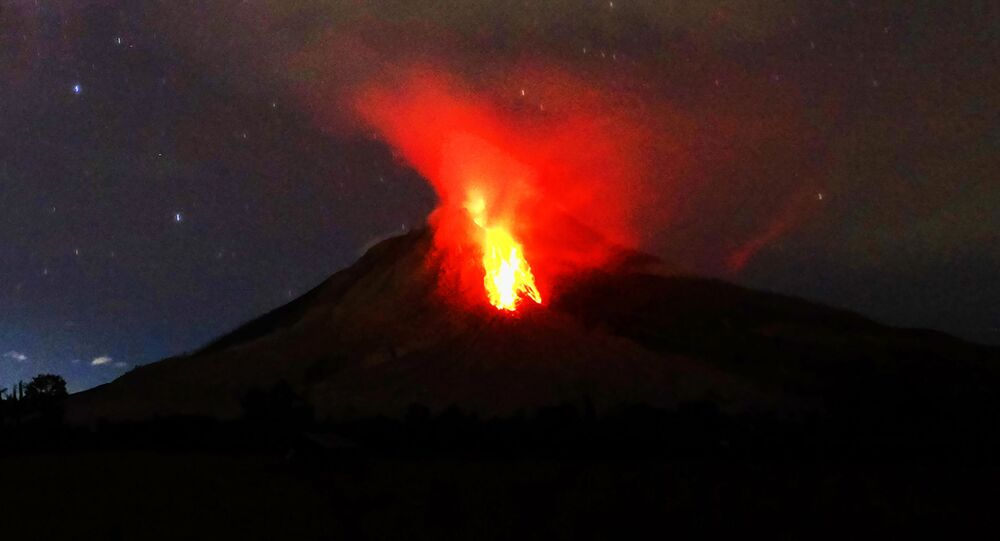 ثوران بركان ماونت سينابونغ في إندونيسيا، 30 يوليو/ تموز 2017