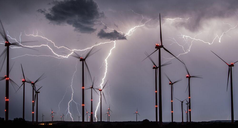 طواحين هوائية على خلفية برق في مقاطعة أودرفورلاند بالقرب من سيفرزدورف، ألمانيا الشرقية، في 1 أغسطس/ آب 2017