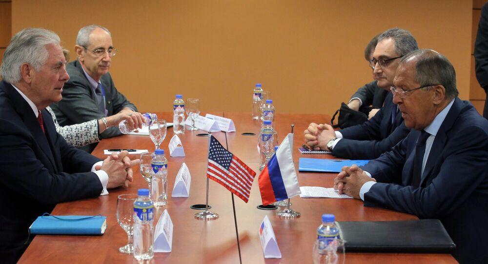 وزير الخارجية الأمريكي ريكس تيلرسون و نظيره وزير الخارجية الروسي سيرغي لافروف