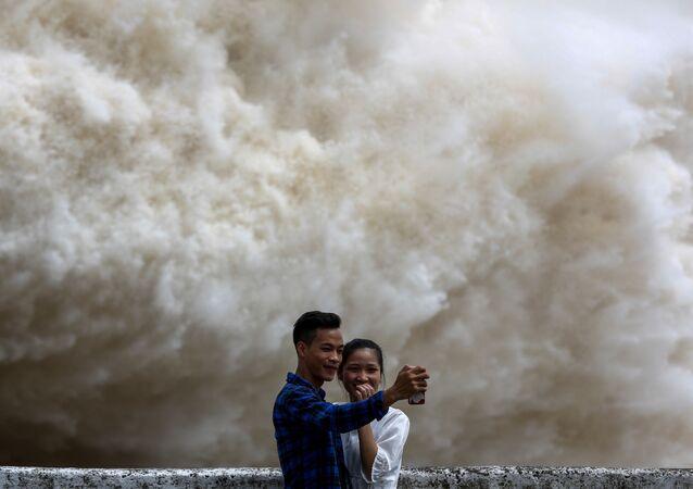 فيتناميون يصورون السيلفي بعد الإعصار