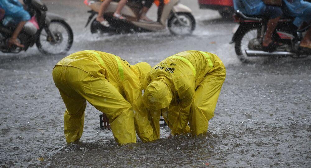 العاملون على شوارع فيتنام، بعد العاصفة الاستوائية تالاس