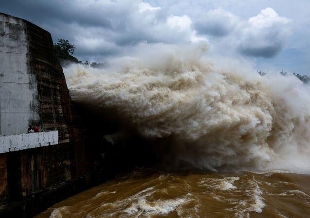 تدفق المياه في توليد الطاقة الكهرمائية في فيتنام بعد الإعصار